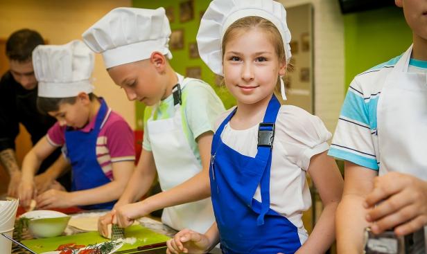 Поэтому кулинары самого разного профиля сейчас крайне востребованы — вакансии есть в ресторанах, гостиничных кухнях, на кейтеринге.